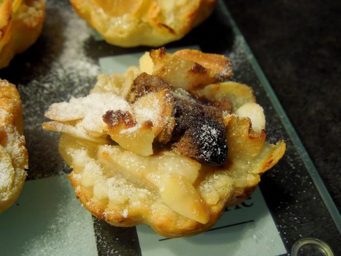 Petites charlottes feuilletées au toblerone poire et amandes éffilées dans Empreintes Petite Charlotte dscn1671